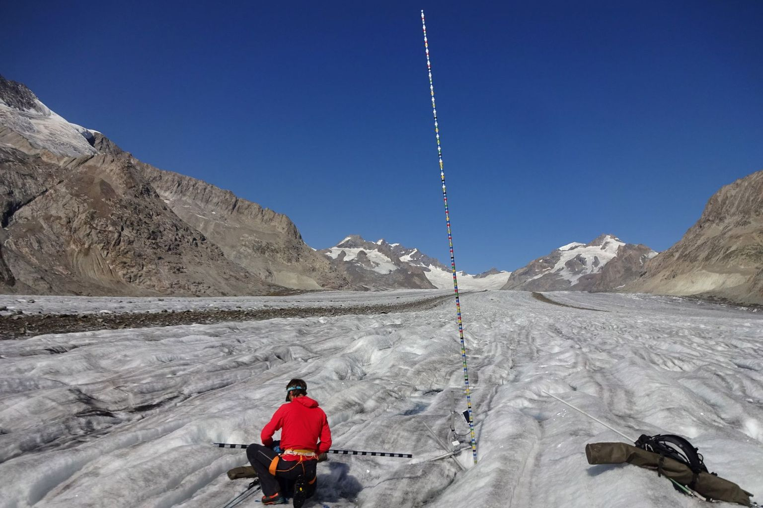 A mass balance stake in the vastness of the Aletsch Glacier (VS) - in only three summer months, more than 5 metres of ice have melted here.