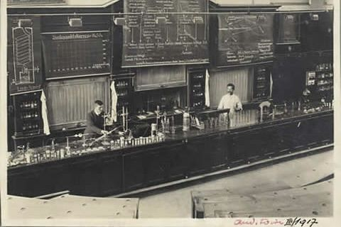 TH/Chemiegebäude, interior view, lecture hall D2 for inorganic and organic chemistry in 1917, on the left: Prof. Hans Fierz