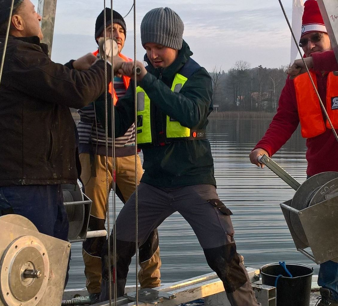 Coring action during the field campaign at Hüttwilersee. From left to right: Richard Niederreiter, Beat Möckli, Fabian Rey, Urs Leuzinger.