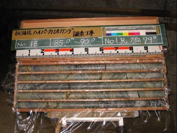 The construction of the Hyper-Kamiokande is also a geological challenge. The photo shows rock samples from the rock region where the cavern for the detector is to be excavated. The rock consists of homogeneous hard gneiss and inishi-migmatite. Illustration: Hyper-Kamiokande Collaboration