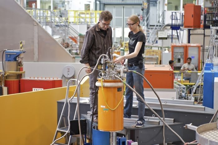 Researchers Lukas Keller and Nikola Egetenmeyer on the DMC instrument at the spallation neutron source SINQ.