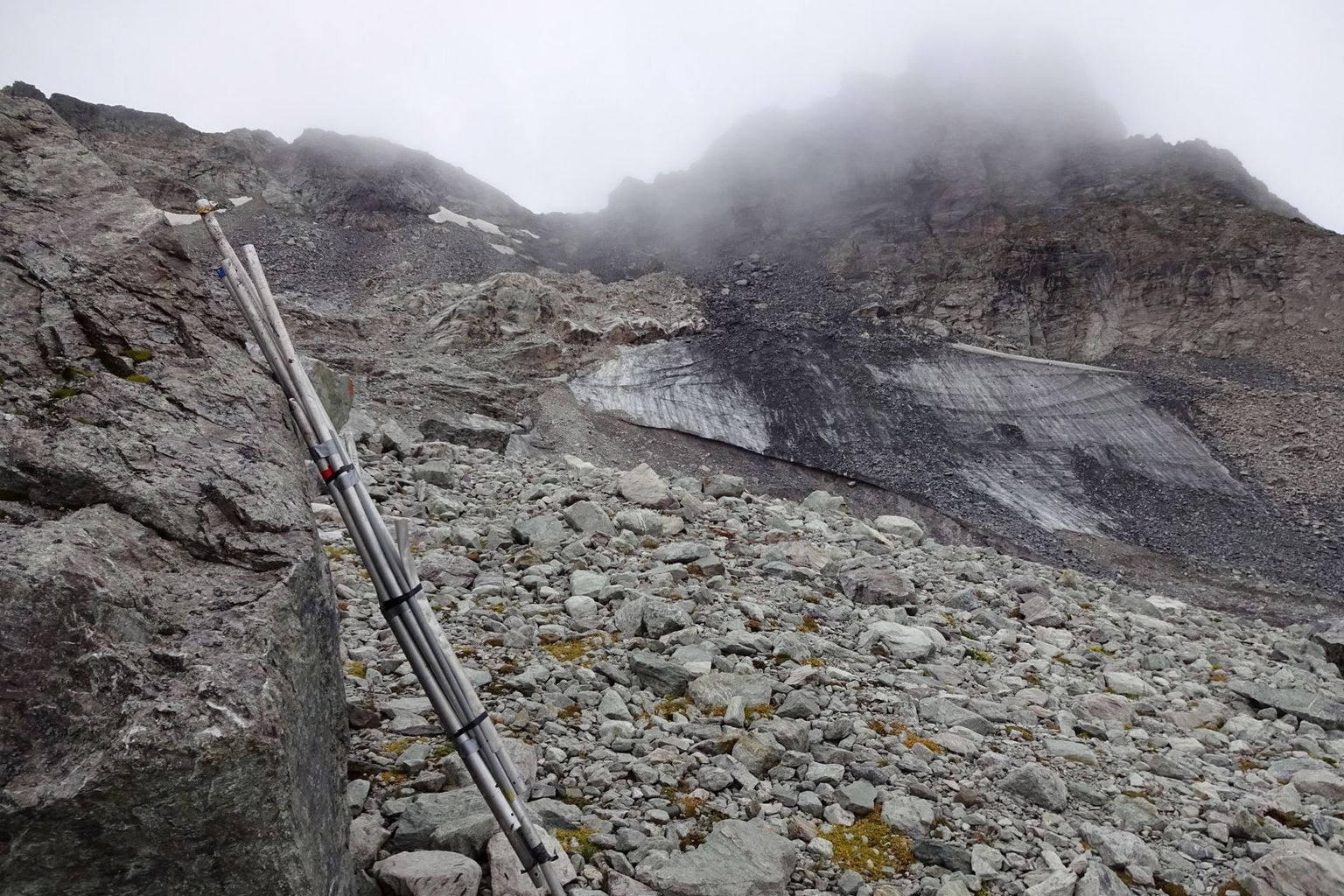 After the end of the series of measurements on the Pizol Glacier (SG) was heralded by a memorial service last autumn, this year the measurement material had to be cleared away from the meagre remaining ice.