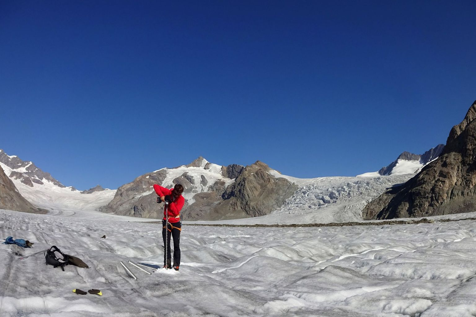 Setting a stake for measurement ice melt on Konkordiaplatz, Great Aletsch Glacier (VS), directly above the thickest ice in the Alps.