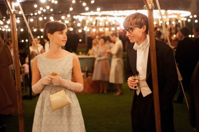 Jane (Felicity Jones) meets her future husband Stephen (Eddie Redmayne).