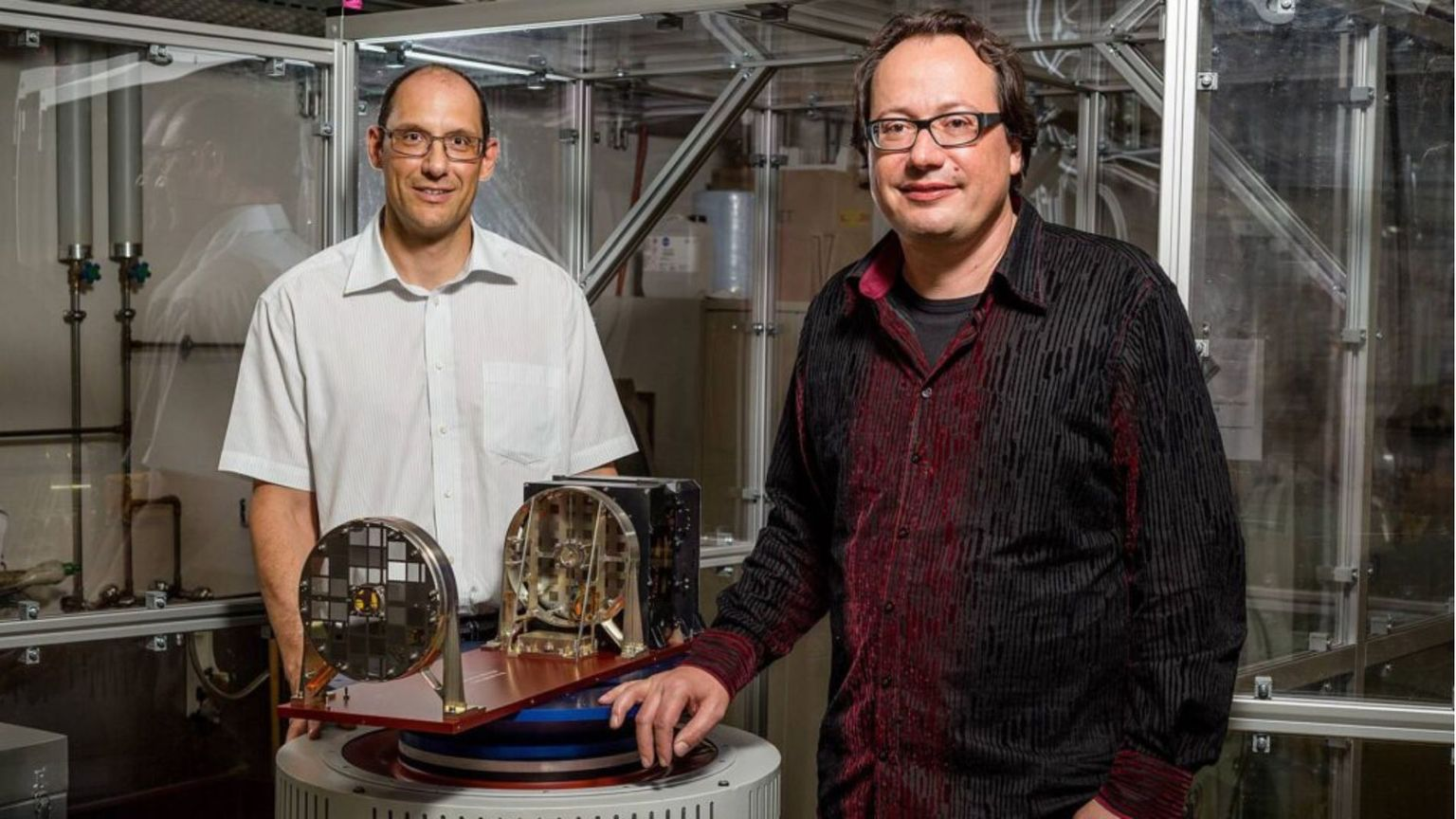 They have developed the STIX X-ray telescope at the FHNW location Brugg-Windisch: Prof. Hans-Peter Grübelbauer (left) and Prof. Säm Krucker.