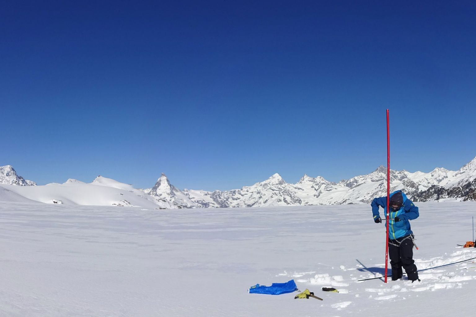 Snow density measurement at about 3300 metres above sea level on Findel Glacier (VS) in May 2020.