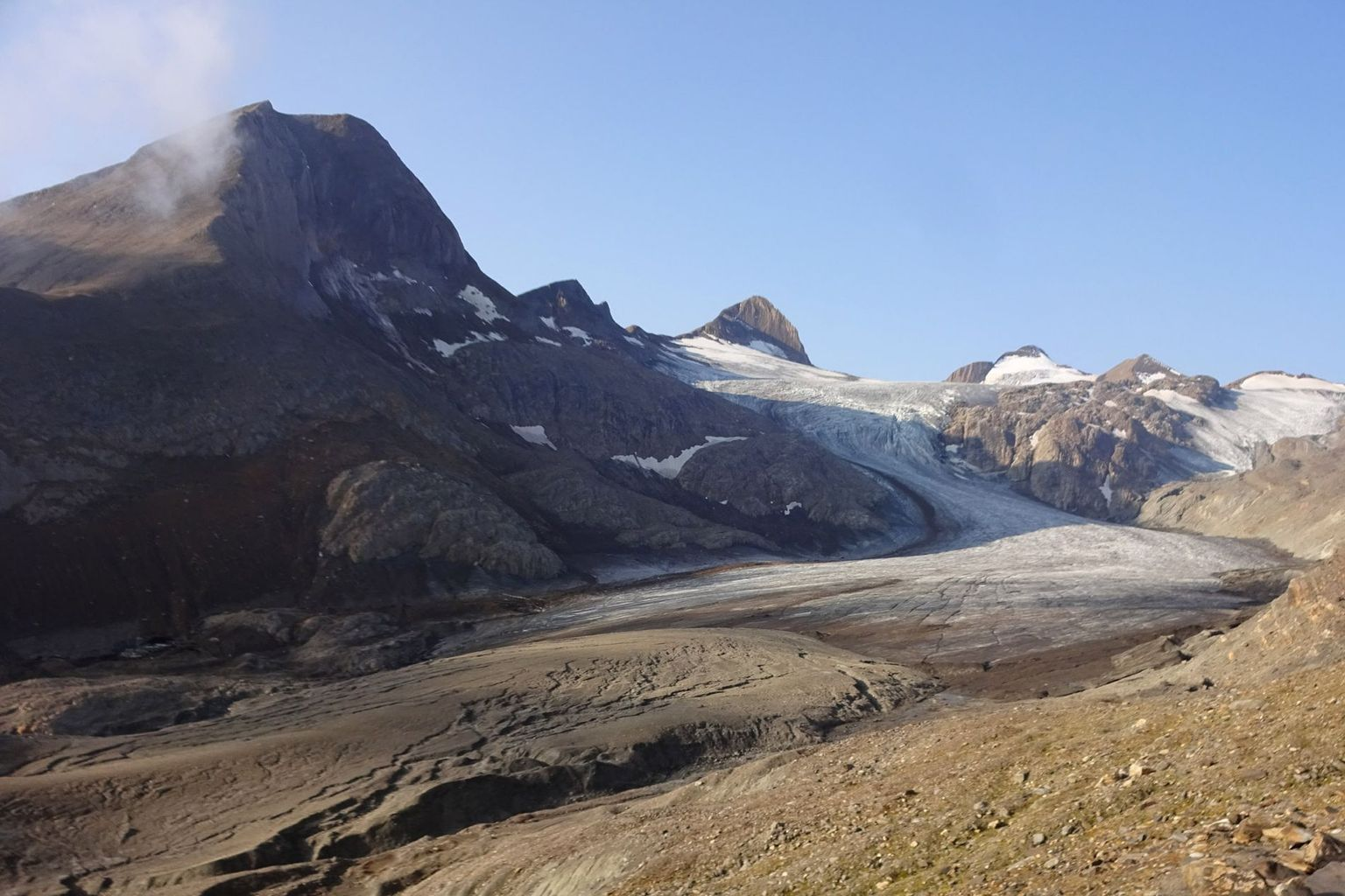 For years, the Gries Glacier (VS) has been losing mass faster than almost any other glacier in Switzerland. Its tongue has become thin and dirty, which further accelerates the melting.