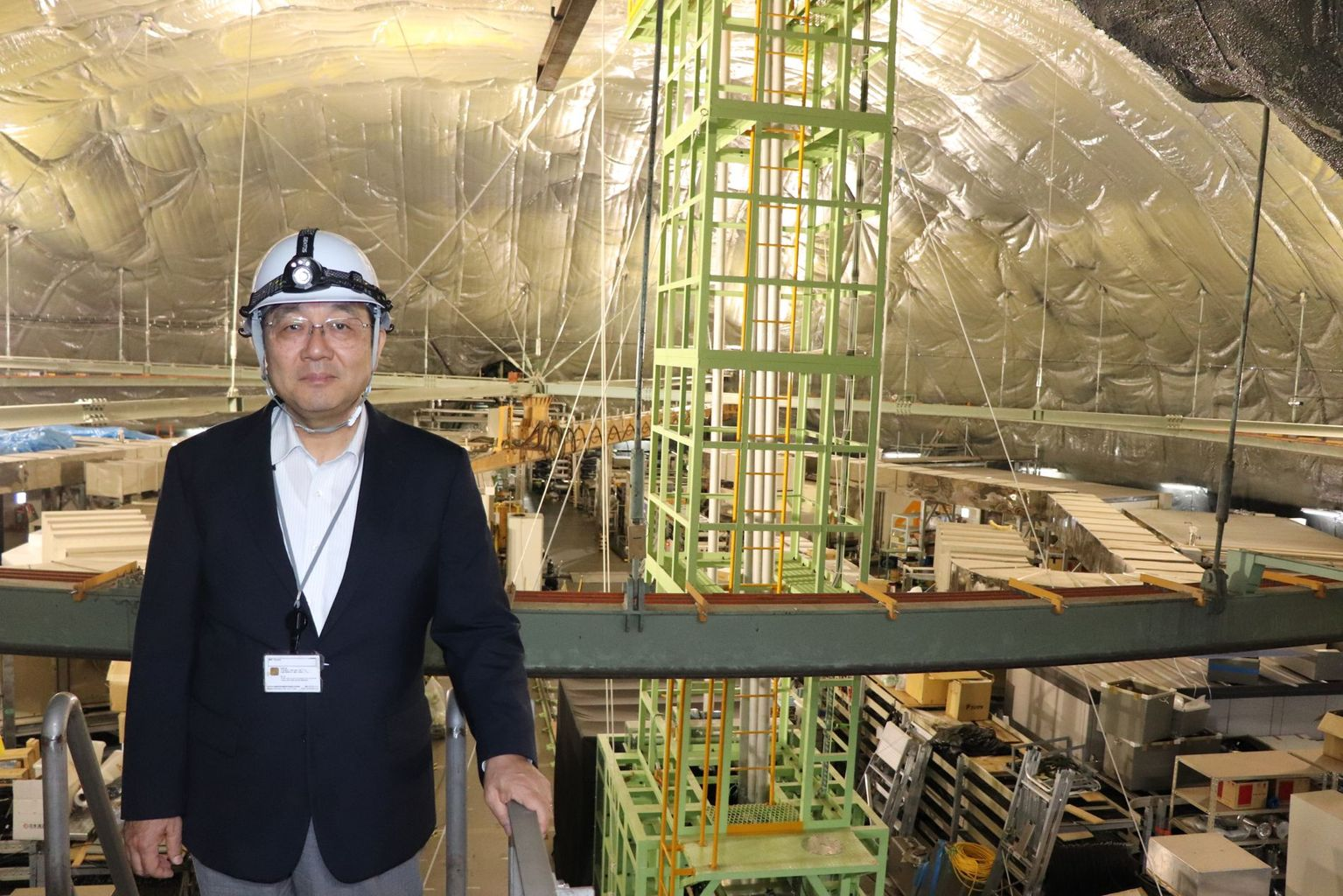 Prof. Nakahata in the rock cavern 1000 meters below ground. Directly below is the huge water tank with which the Super-Kamiokande detects neutrinos. Photo: B. Vogel