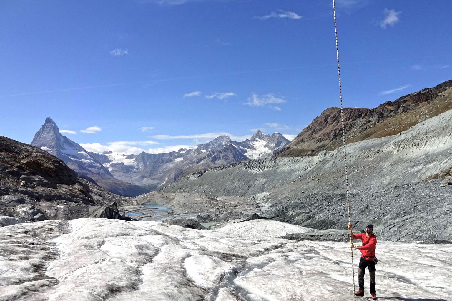 During the summer of 2019, 8 metres of ice melted at the snout of the Findelen glacier – an amount strikingly illustrated by a pole used for mass-balance measurements.