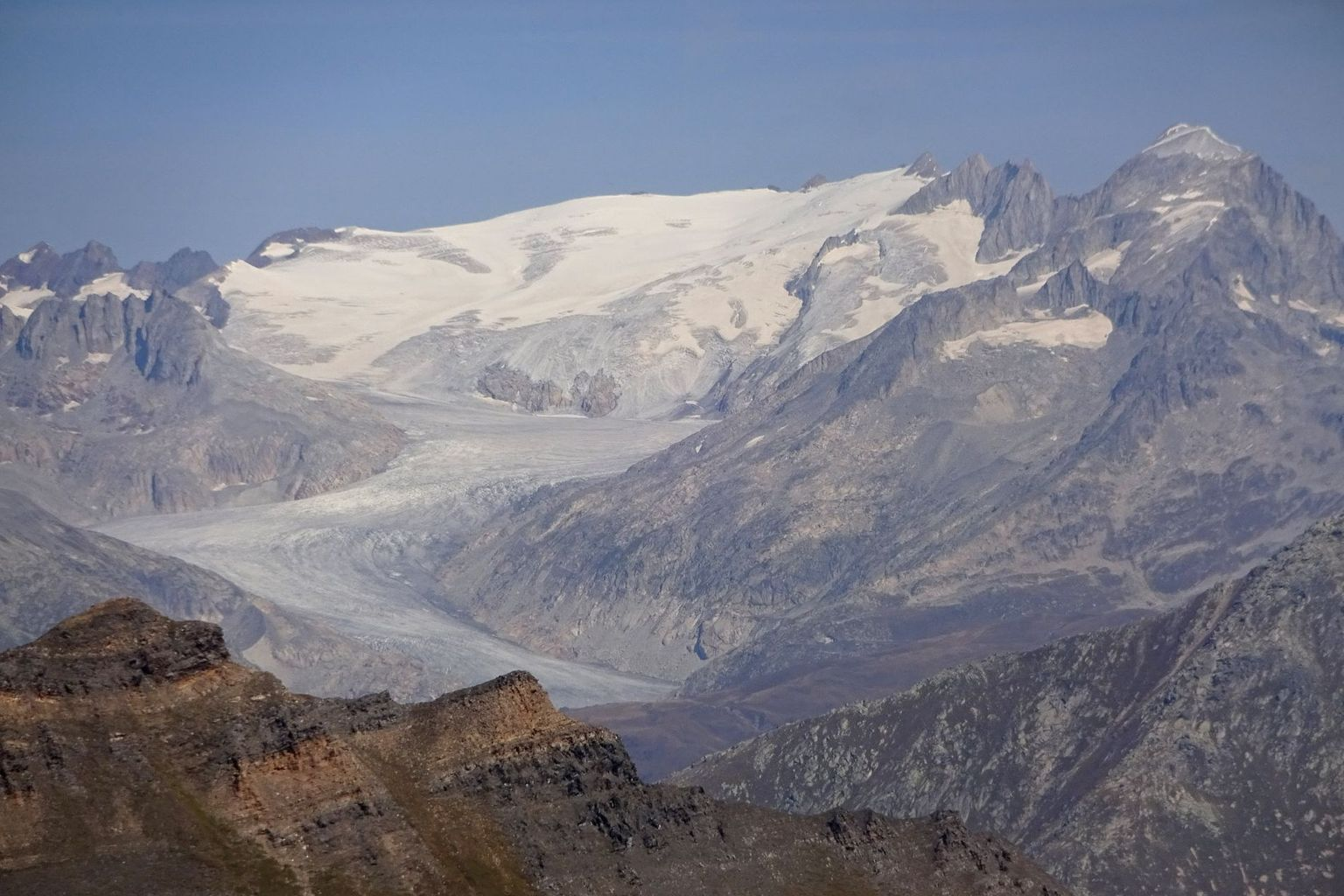 In contrast to other glaciers, Rhone Glacier (VS) also had an accumulation area this year (winter snow lasted all summer) - but this is clearly too small to keep the glacier in balance.